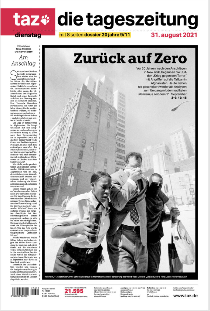 Press - Jason Florio: black and white Image from Tazgezwitscher newspaper of 3 people walking through the streets of NYC, in the aftermath of the 9/11 attacks on the twin towers